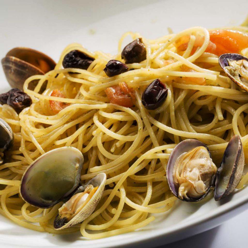 food plate spaghetti cuisine italian food pasta spaghetti alla puttanesca spaghetti alle vongole clam sauce european food linguine carbonara fettuccine bucatini mussel spaghetti aglio e olio clam Seafood