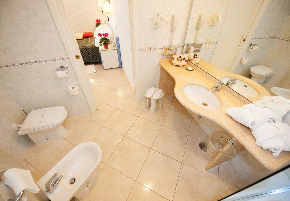 toilet bathroom plumbing fixture bathtub Suite bidet flooring