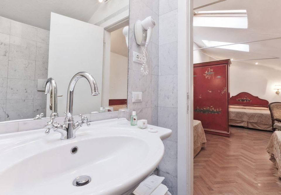 bathroom vessel sink property Suite bidet toilet bathtub tile water basin