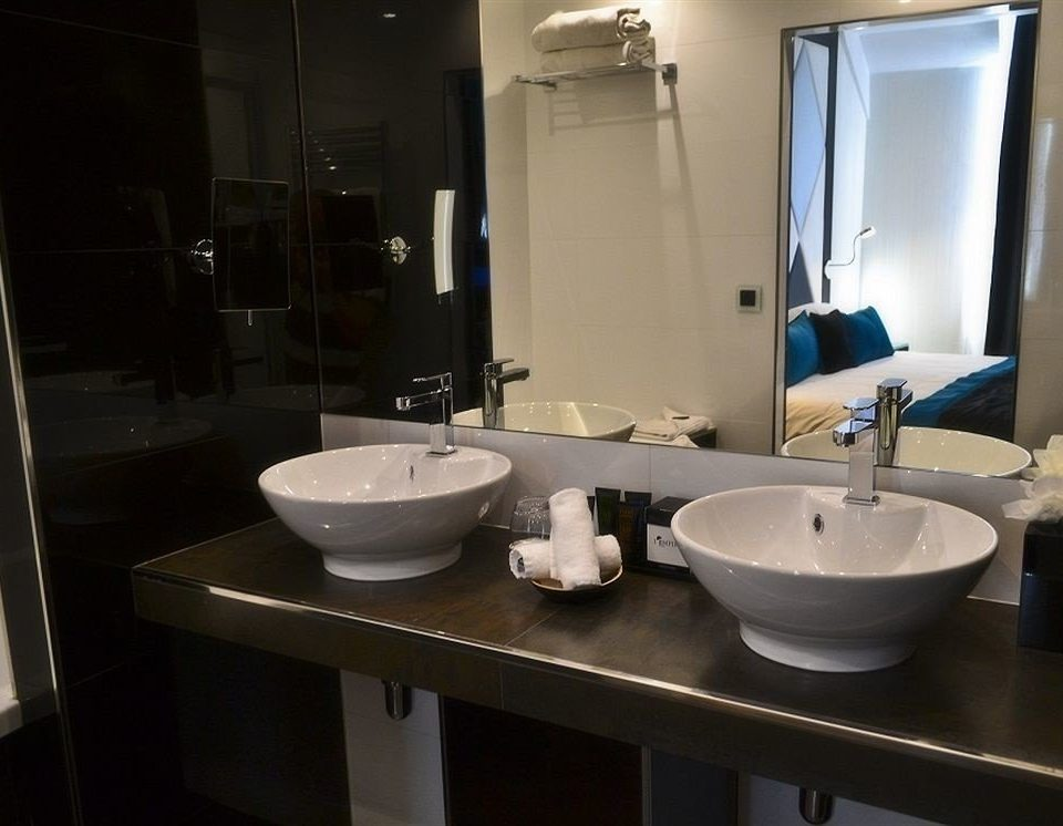 bathroom sink mirror property toilet house plumbing fixture home bidet public toilet Suite bathtub