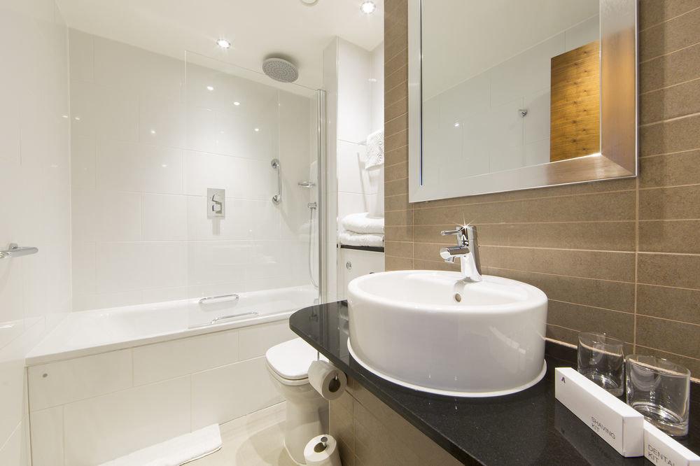 bathroom toilet mirror sink property bidet home Suite flooring bathtub rack tile
