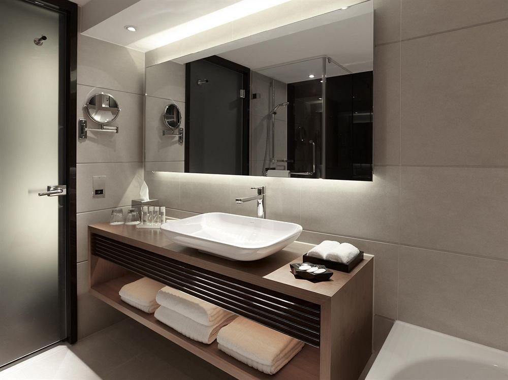 bathroom mirror property sink Suite bidet plumbing fixture bathtub