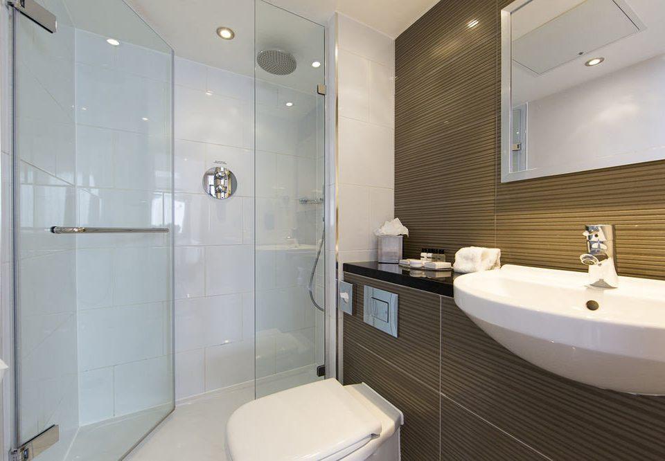 bathroom mirror sink property toilet white bathtub plumbing fixture bidet Suite tile tiled tan