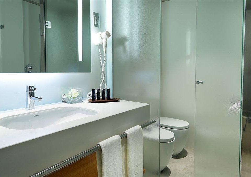 bathroom mirror sink property white toilet scene plumbing fixture bidet bathtub flooring Suite clean