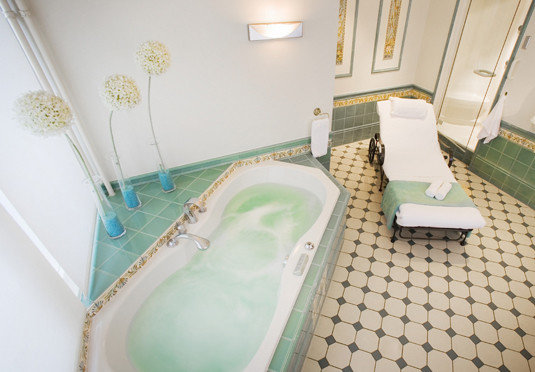 bathroom swimming pool property bathtub green flooring jacuzzi Suite plumbing fixture bidet tiled