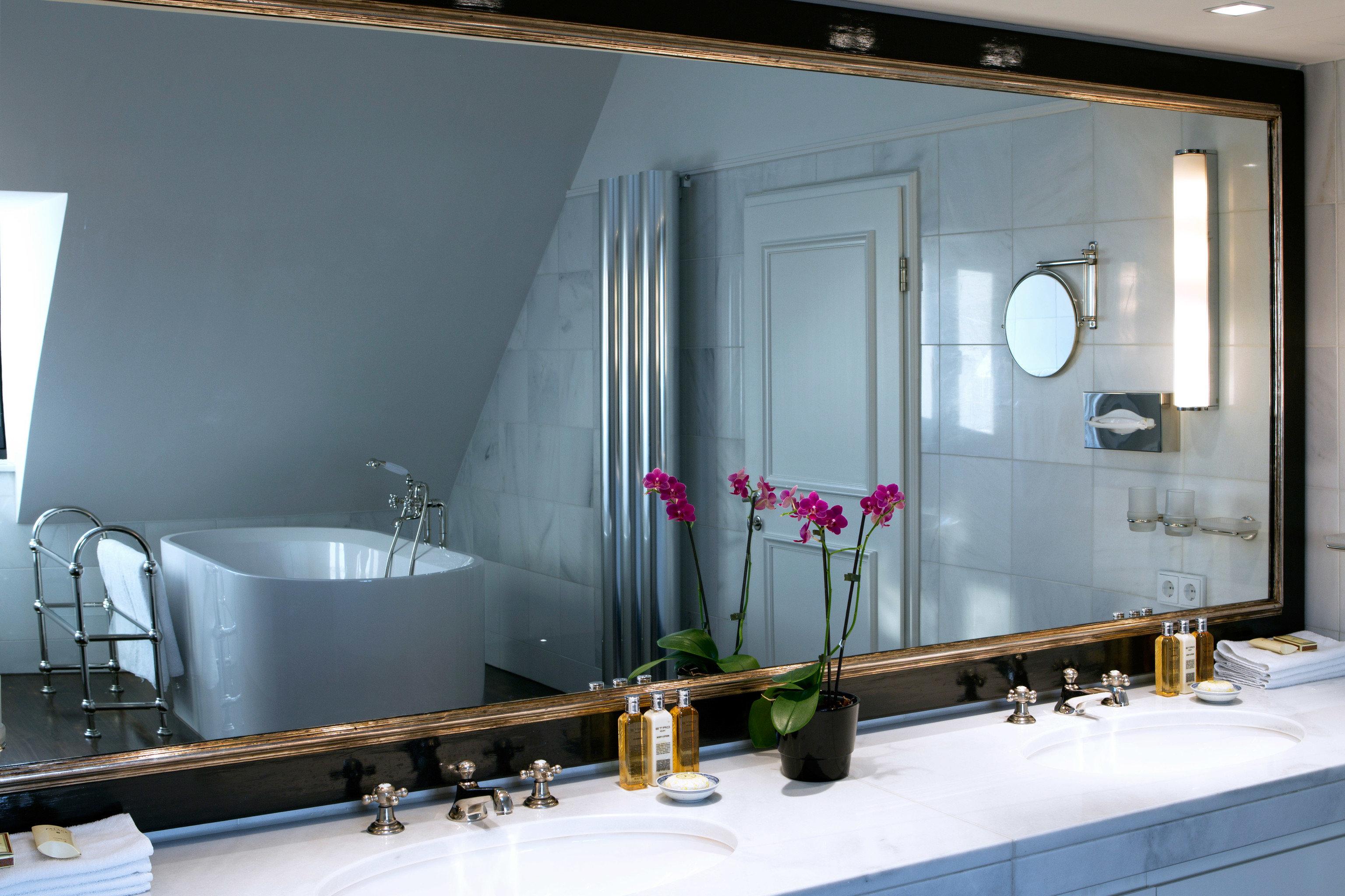 bathroom sink counter bathtub home plumbing fixture glass big Suite toilet