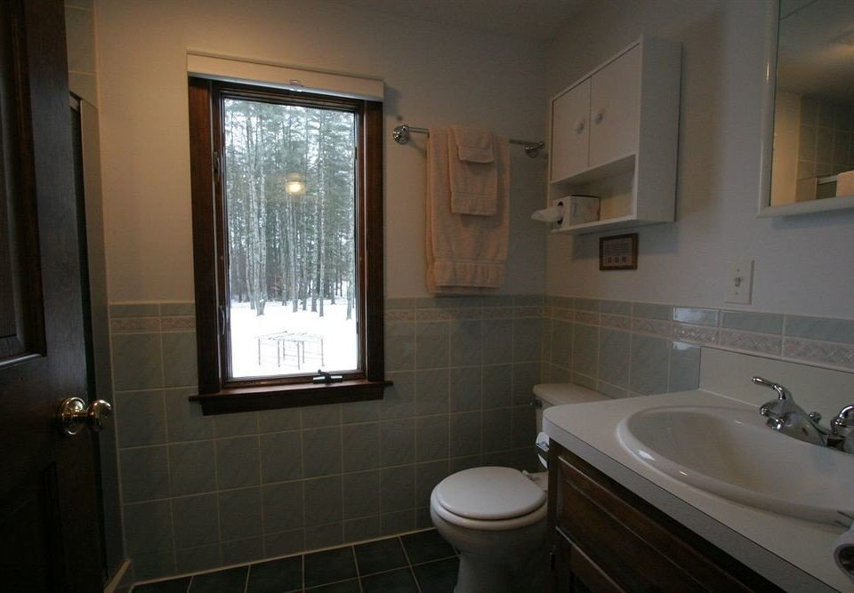 bathroom sink property mirror house home Suite toilet tile clean tub tiled bathtub
