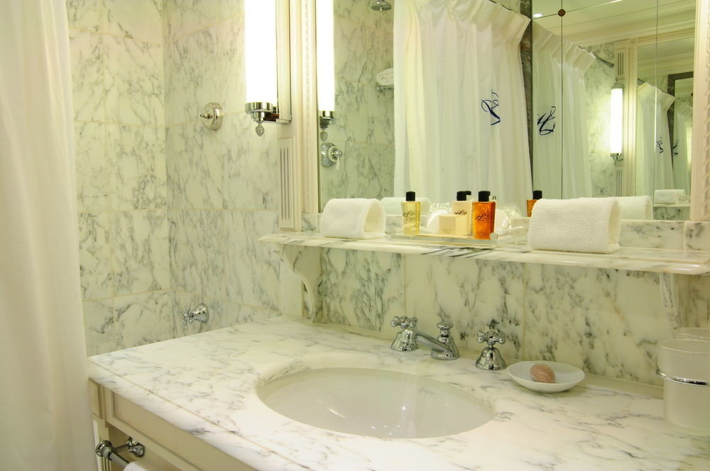 bathroom sink property toilet white home plumbing fixture Suite bathtub cottage tile tan