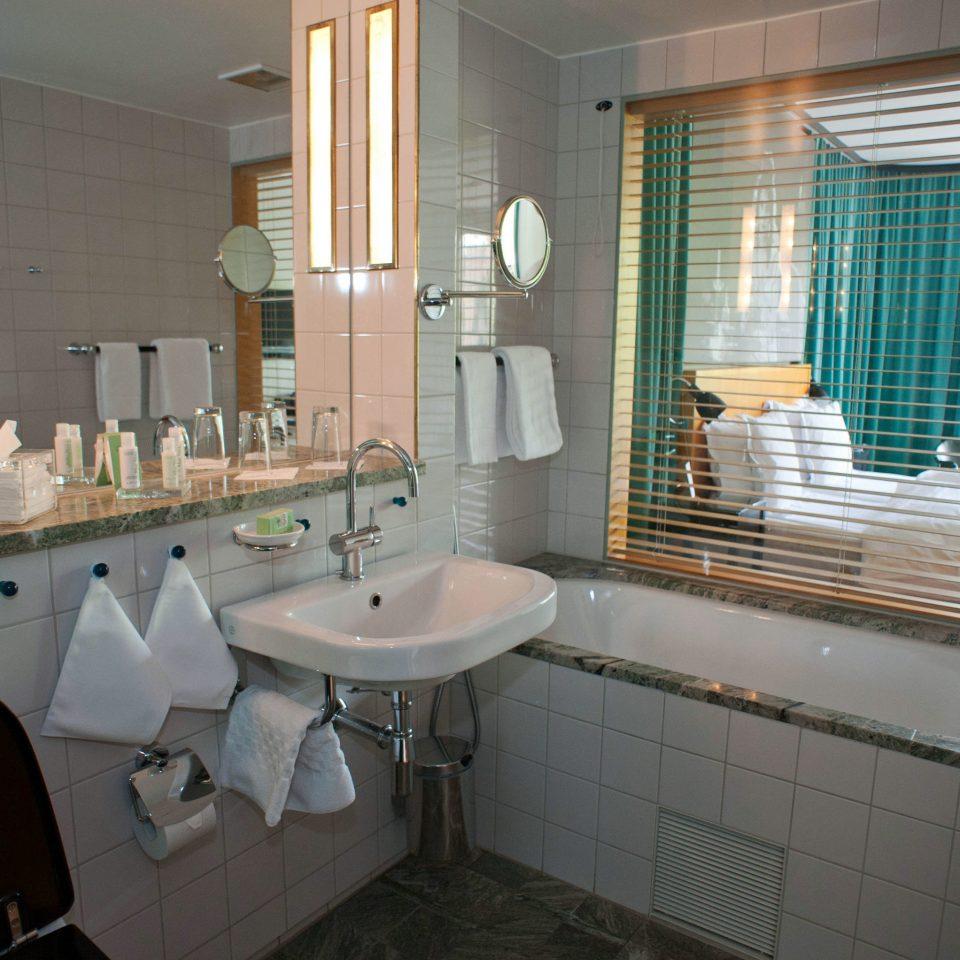 bathroom sink property mirror home toilet cottage Suite tile tub tiled bathtub