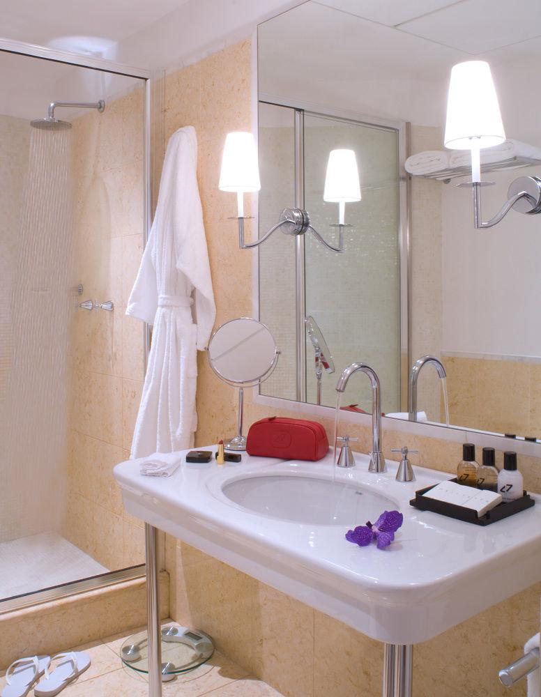 bathroom property bathtub sink plumbing fixture swimming pool cottage Suite toilet tub