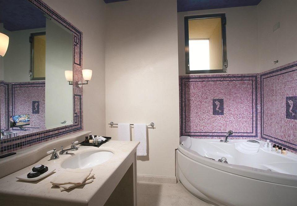 bathroom sink property home swimming pool Suite bathtub cottage tile tiled