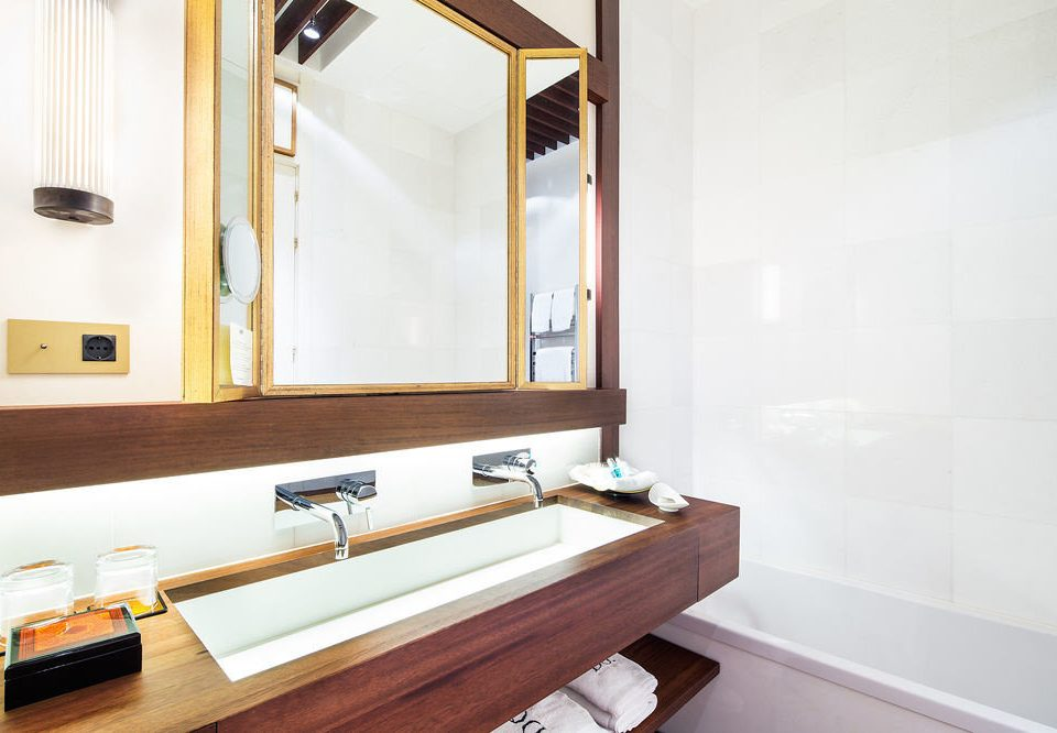 bathroom property sink mirror Suite home cottage counter bathtub tub