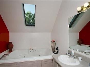 bathroom sink property white bathtub toilet cottage Suite tub
