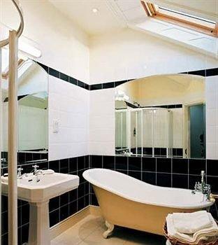 property bathtub daylighting bathroom plumbing fixture swimming pool Suite