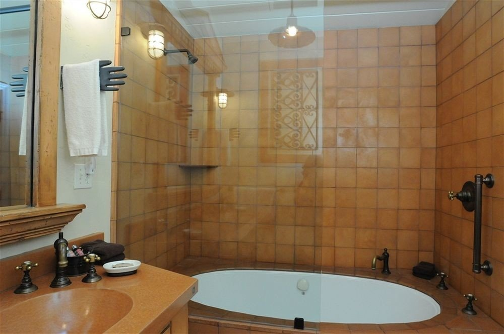 bathroom property toilet sink plumbing fixture home swimming pool Suite flooring water basin bathtub tiled