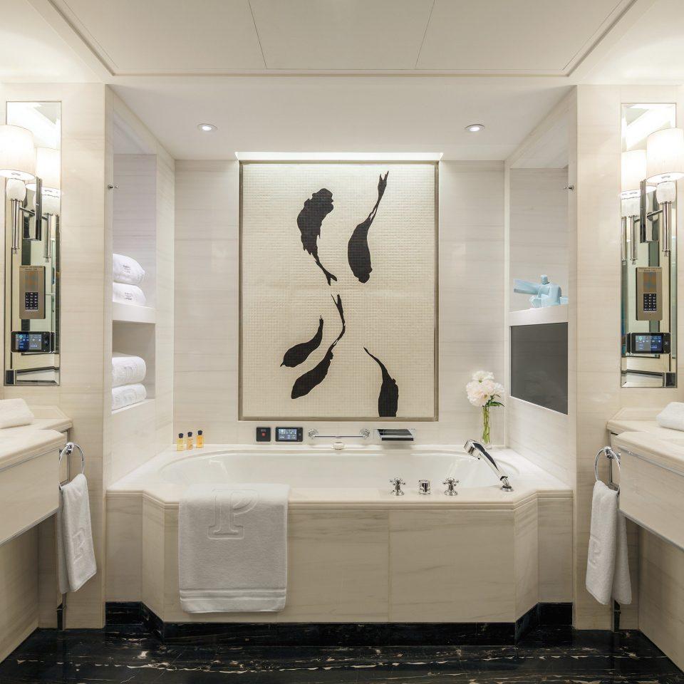 bathroom mirror property sink bathtub home plumbing fixture Suite toilet