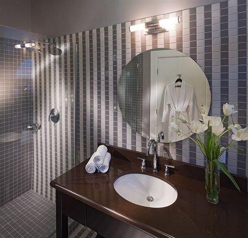 bathroom property swimming pool plumbing fixture shower jacuzzi Suite bathtub toilet tiled