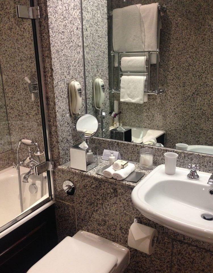 bathroom sink toilet property mirror home plumbing fixture flooring bidet Suite tile cottage