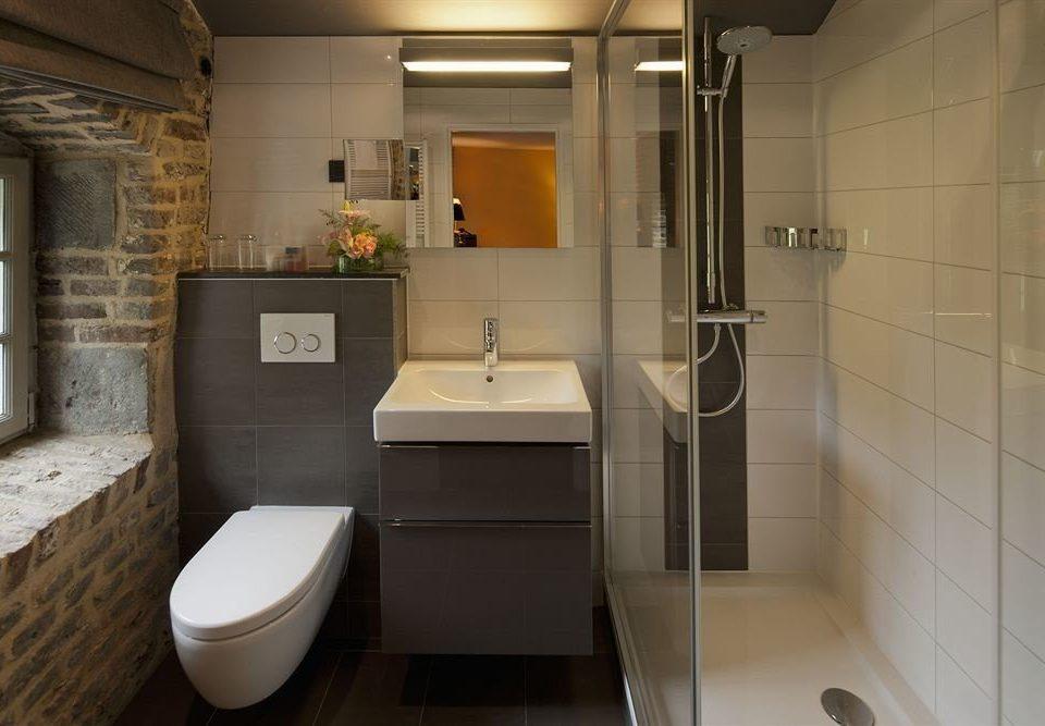 bathroom toilet property home sink plumbing fixture public toilet bidet flooring Suite tiled tile