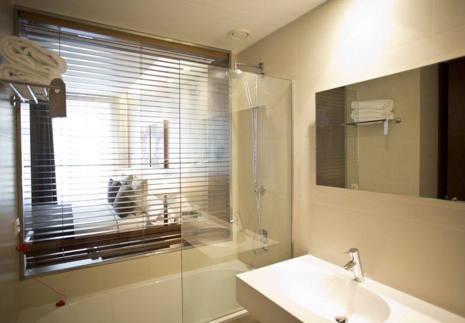 bathroom sink mirror property home flooring Suite clean