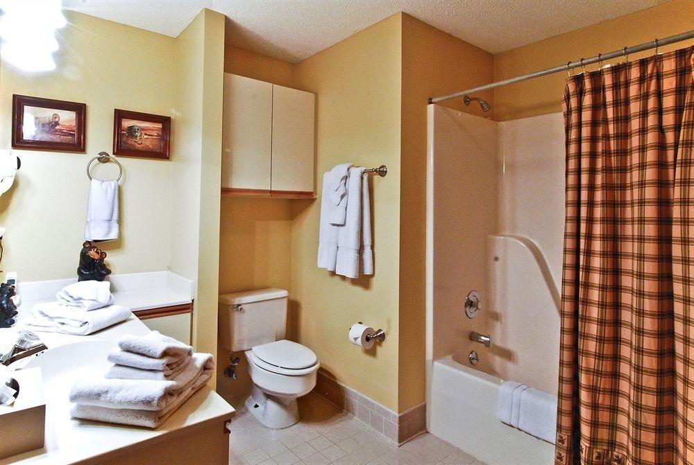 bathroom property Suite home cottage condominium