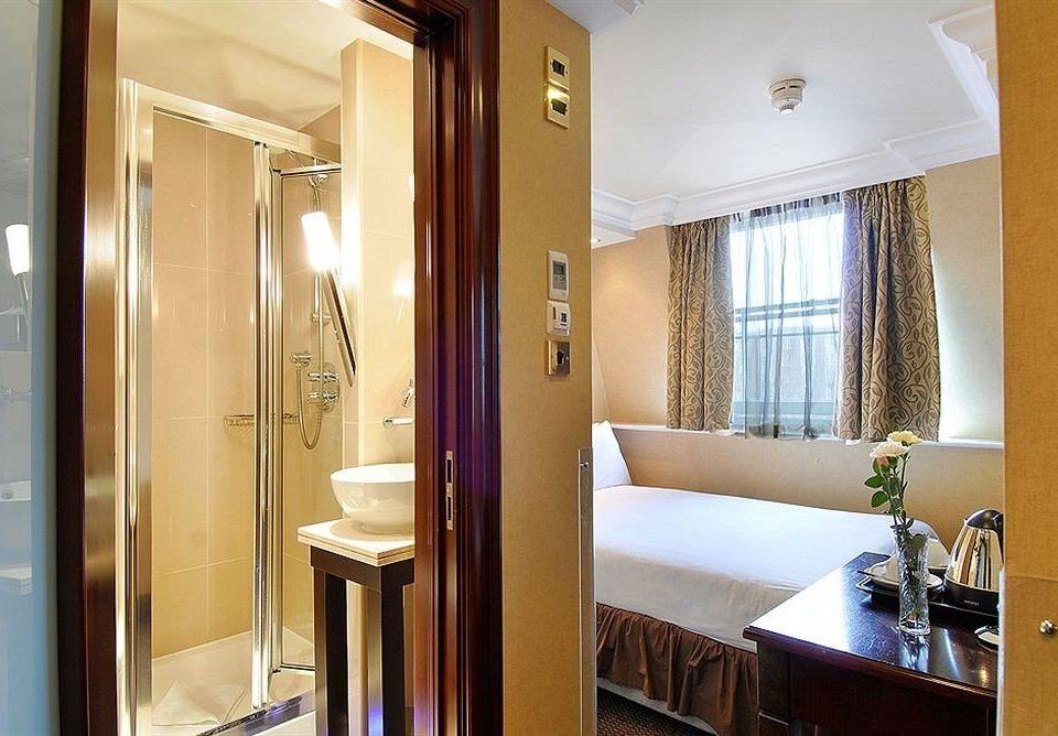 bathroom property mirror Suite home condominium door cottage