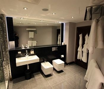 bathroom property sink Suite living room condominium tub tile