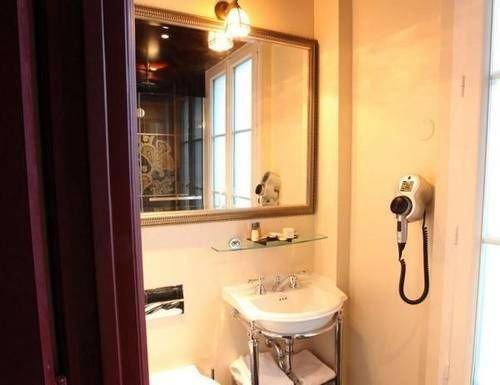 bathroom toilet property sink cottage Suite door rack