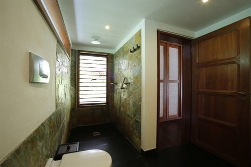 bathroom property toilet house home sink Suite cottage mansion empty