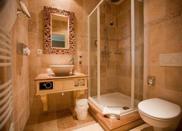bathroom property toilet sink home Suite plumbing fixture cottage tiled
