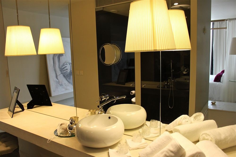 bathroom property mirror sink Suite home lighting living room white cottage