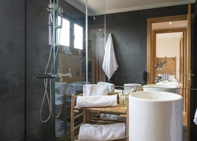 bathroom property Suite home cottage tiled