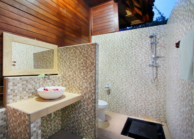property bathroom swimming pool cottage Suite home jacuzzi