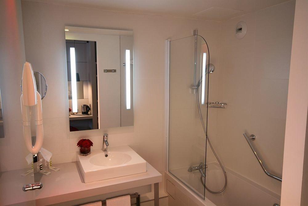 bathroom property mirror scene home sink plumbing fixture Suite cottage toilet