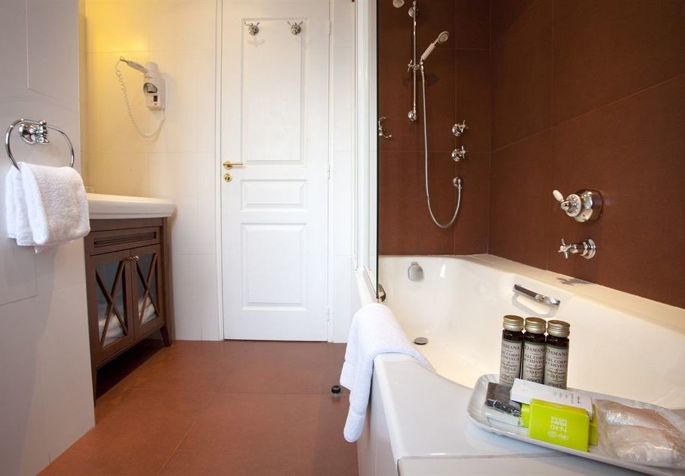 bathroom property house home cottage Suite