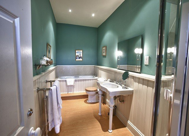 bathroom property mirror sink Suite home cottage