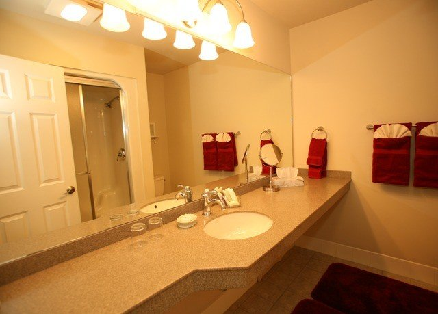 bathroom property sink Suite home cottage toilet