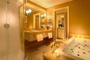 bathroom mirror property Suite swimming pool sink cottage mansion jacuzzi light