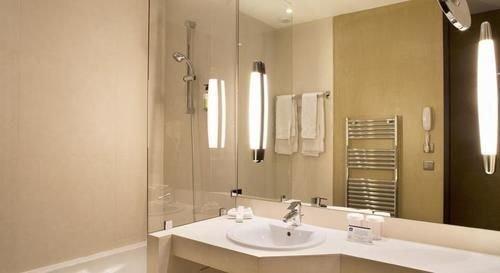 bathroom sink property mirror white toilet Suite cottage tan