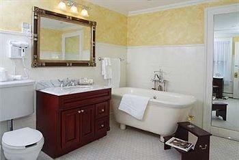 bathroom property toilet sink cottage Suite tub