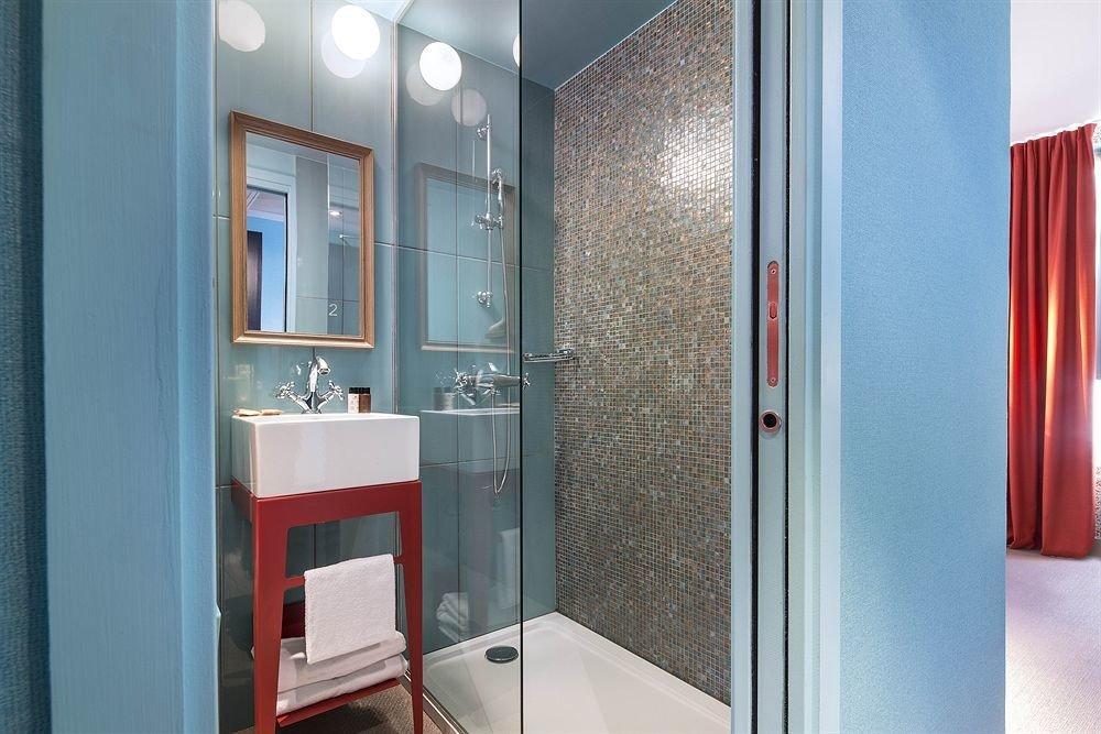 bathroom property door white sink shower home Suite doorway tiled