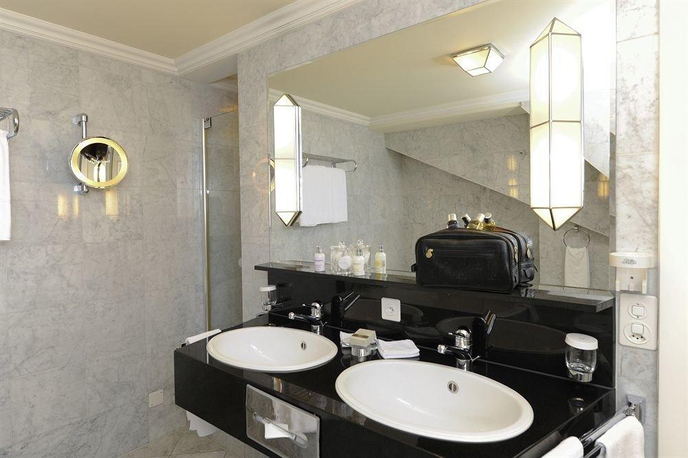 bathroom mirror sink property toilet home Suite plumbing fixture