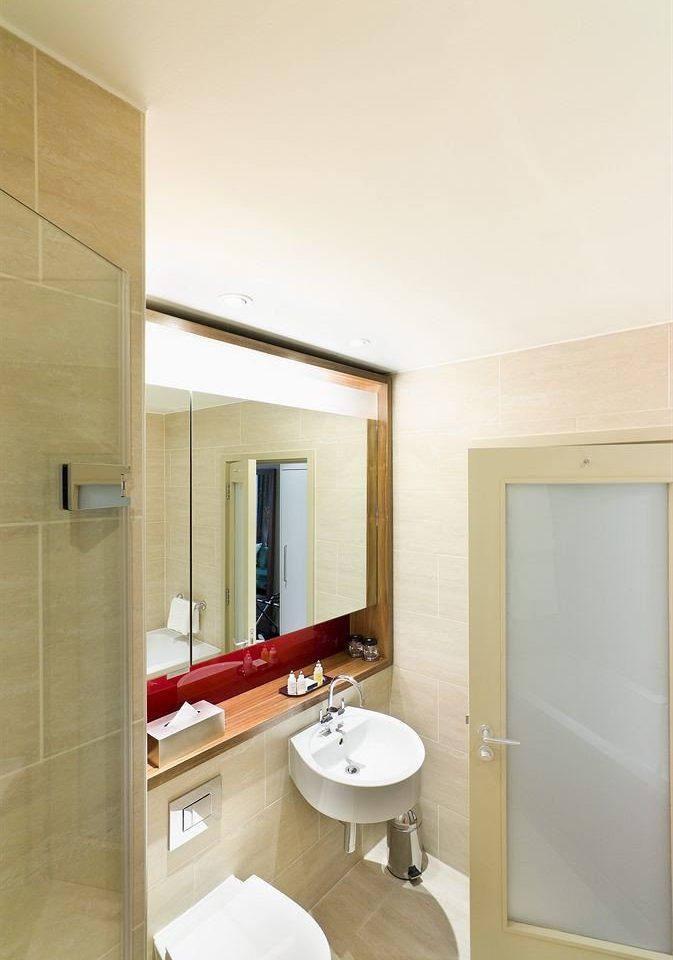 bathroom mirror property toilet sink home Suite tiled