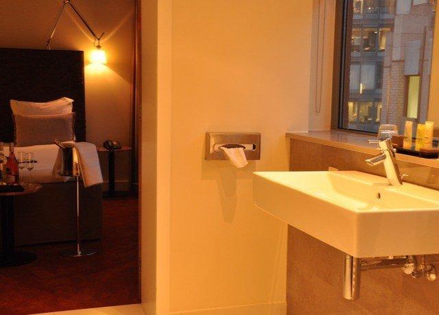bathroom property Suite lighting