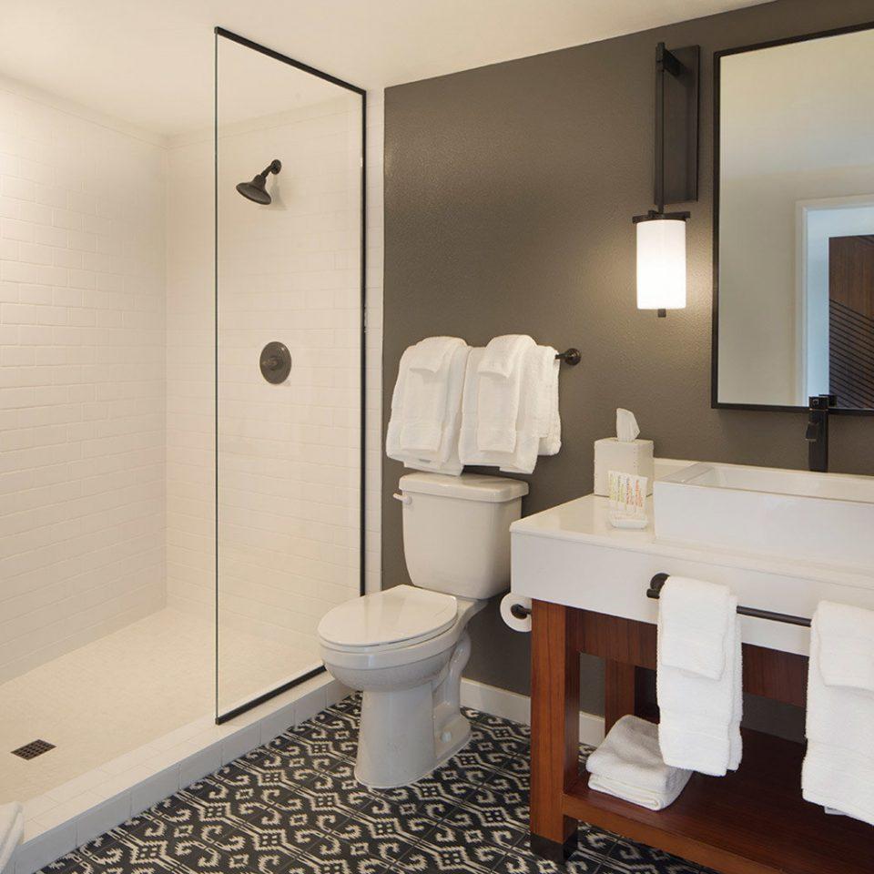 bathroom mirror sink property toilet Suite plumbing fixture towel
