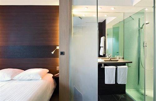 bathroom property Suite
