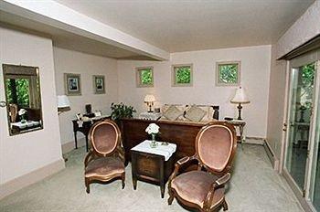 property condominium Suite cottage rug