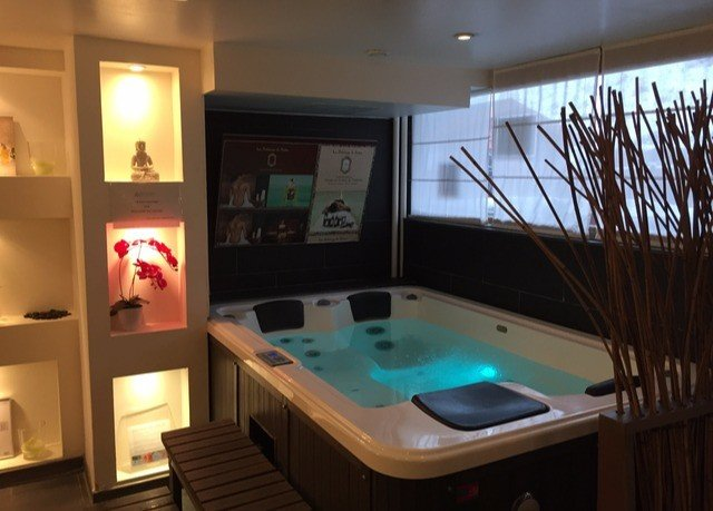 swimming pool property recreation room jacuzzi Suite cottage