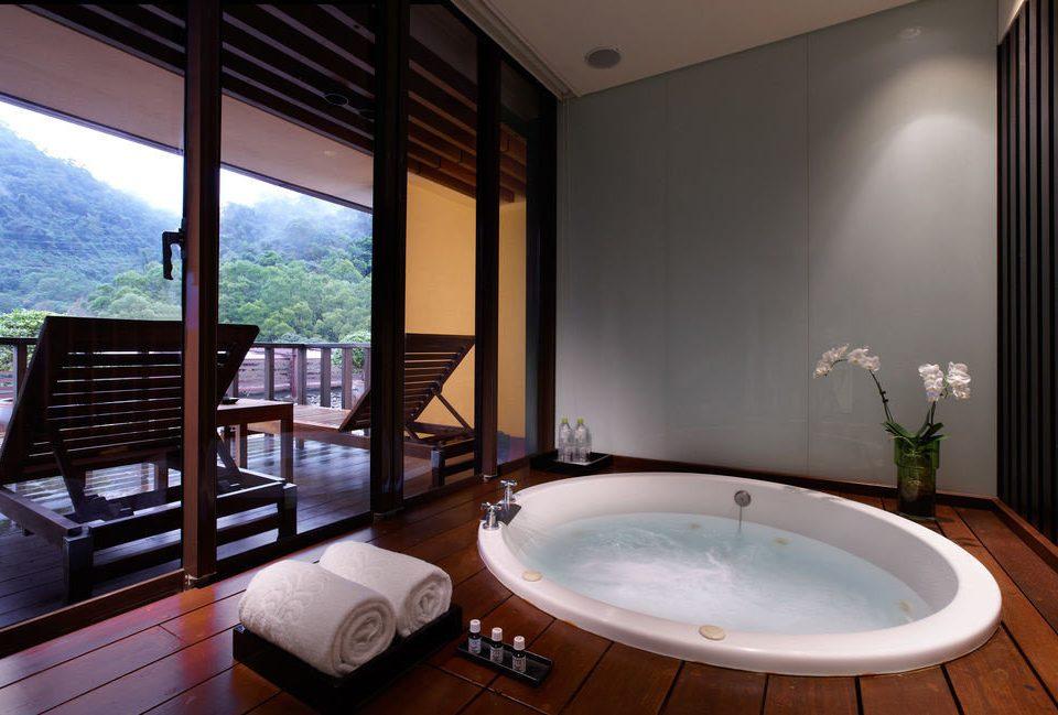 bathroom swimming pool property Suite jacuzzi home condominium Villa bathtub