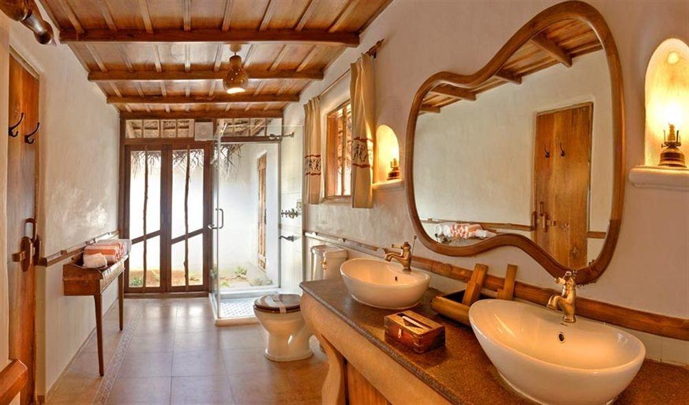 bathroom property Suite home sink cottage wooden Villa mansion tub bathtub